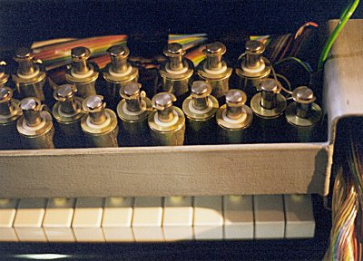 The grand piano performance device